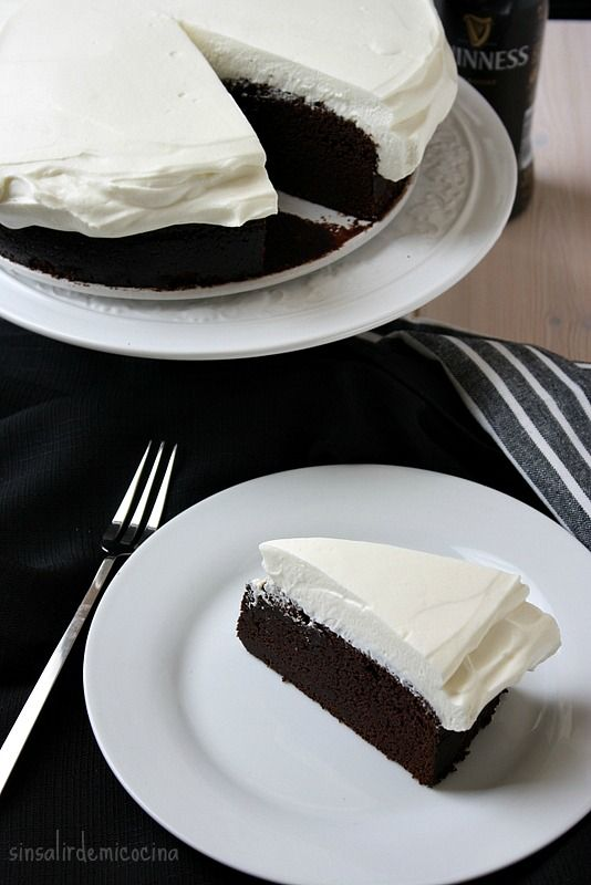 Nada nuevo con esta tarta, lo sé. La tenía pendiente de incluso antes de tener el blog y ¡ya tiene más de año y medio!. Desde entonces ...