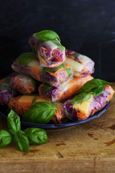 Les rouleaux de printemps, un classique de la cuisine asiatique. Depuis un moment, les fans de healthy food revisitent ce mets populaire en version li...