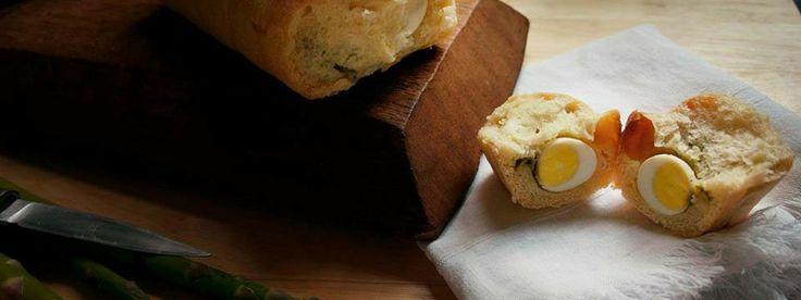 Pane con asparagi e uova di quaglia