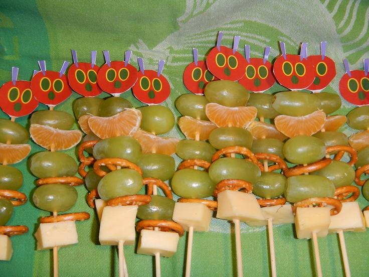 Rupsje-nooit-genoeg satés met fruit. Je kan dan met iedereen kiezen welk fruit ze willen en dan snij jij het. Dan steken jullie het samen op een satéstokje.