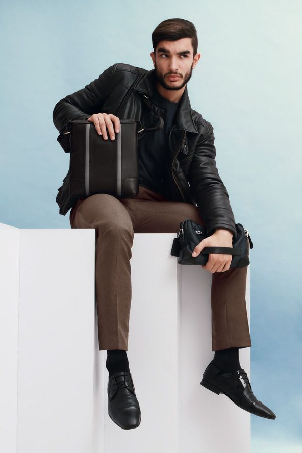 Giorgio Agnelli Men's Bag - Veneto 8819-1 Black A masculine functional messenger bag design. Material 100% Full Grain cow leather.