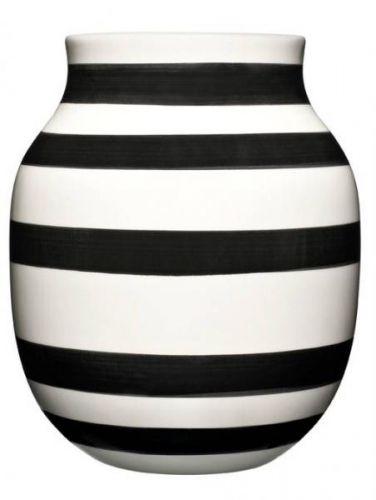 Bruk enOmaggio vase som et design statement, eller miks dem på kryss og tvers med resten av seriens vaser og skåle til en helhet av striper, former og farger. Like fin med og uten blomster. Alle vasene er håndmalte og unike. 16, 5 x 20 cm.