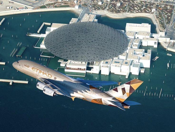 L'Airbus A380 d'Etihad Airways survole à basse altitude le Louvre Abu Dhabi