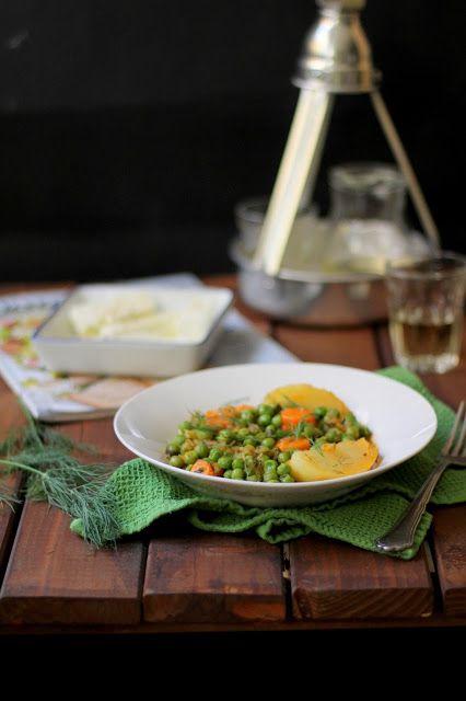 Arakàs laderòs. Un superbo piatto della cucina greca vegan. Piselli stufati al pomodoro con patate e carote.