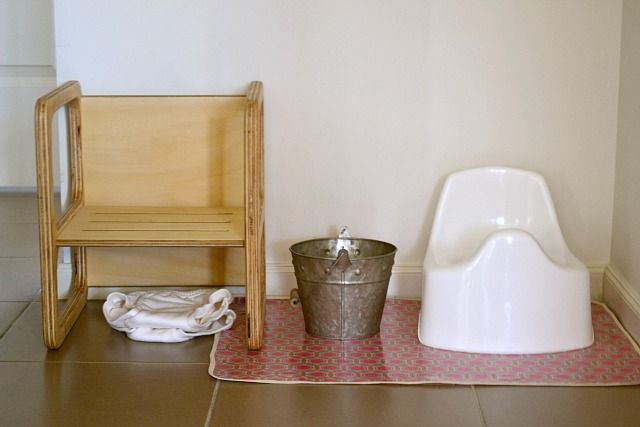Montessori Toilet Learning Tips: Nice and simple toilet learning station. Great post about toilet learning the Montessori way.