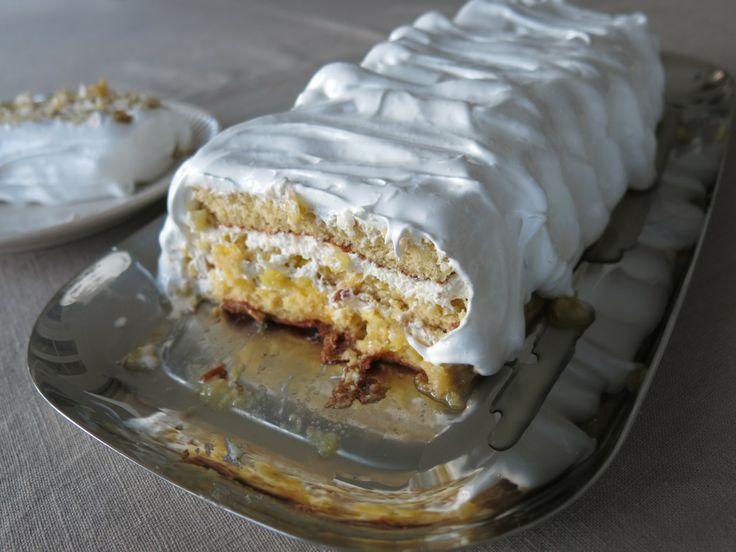Pina colada -kakun kuohkea kuorrutus näyttää niin houkuttelevalta, että on yksinkertaisesti pakko maistaa! :D Resepti löytyy täältä: http://kaksimurua.fi/2014/04/29/pina-colada-bileet-vapuksi/ #pinacolada #kakku