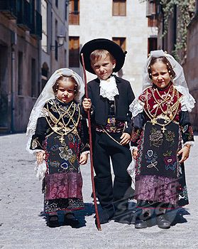 Spain, Castilla y Leon, Salamanca, Children in local traditional costume