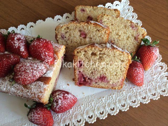 Il plumcake alle fragole è un dolce primaverile, morbido e profumato con yogurt aromatizzato alla fragola e pezzetti di fragole fresche.