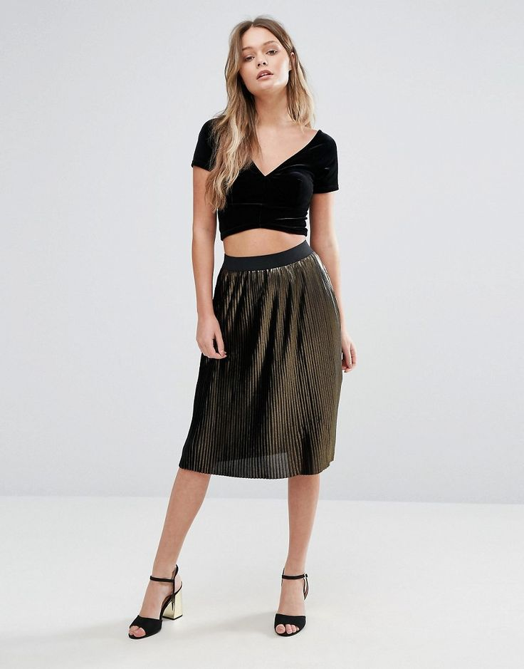 Get this Vero Moda's knee skirt now! Click for more details. Worldwide shipping. Vero Moda Metallic Pleated Midi Skirt - Multi: Midi skirt by Vero Moda, Pleated woven fabric, Metallic finish, Stretch waist, Regular fit - true to size, 100% Polyester, Our model wears a UK XS/ EU 36/ US 4 and is 170 cm/5'7� tall.  (falda por la rodilla, rodilla, rodillas, medio largo, media pierna, knee-length, knee length, 3 / 4 length, midi skirt, mid-rise, longuette por la rodilla, knielanger rock, falda…