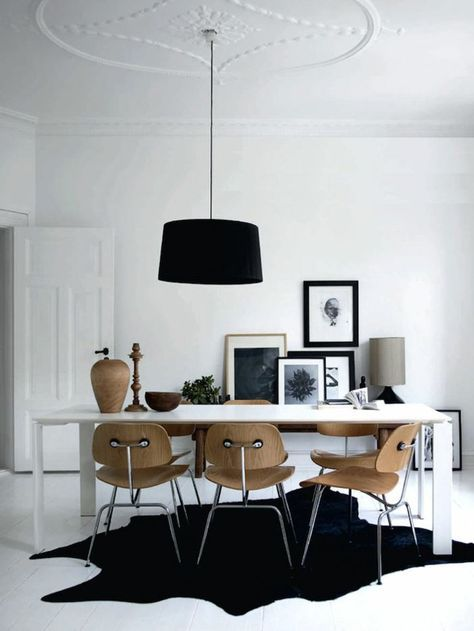jolie salle à manger contemporaine avec tapis noir en peau d'animale
