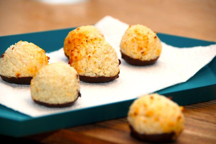 Se opskrift på luksus kokosmakroner, der er både lette og saftige. Kokosmakronerne laves med kondenseret mælk og æggehvide. Til 12 lækre og saftige kokosmakroner skal du bruge: 150 gram kokosmel 15…