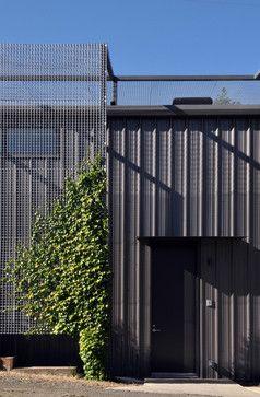 Rejillas metálicas en el hogar. | Blog de Teminsa #Revestimiento de #fachada con #rejillas metálicas pensado para #paredes con #vegetación, y que no tiene que ser particularmente refinada, porque eventualmente se oculta. Se necesita tiempo para establecerse, y la rejilla proporciona una protección en el interior.  Michael Hennessey Architect California.