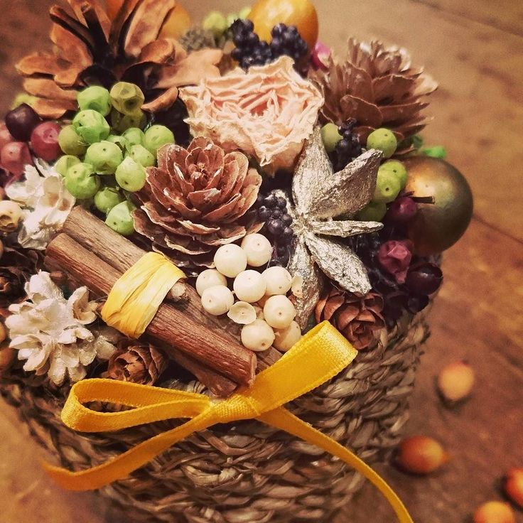秋らしいどんぐりと実物たっぷりアレンジ post by#アン_lar  #どんぐり#まつぼっくり#黄色いリボン#