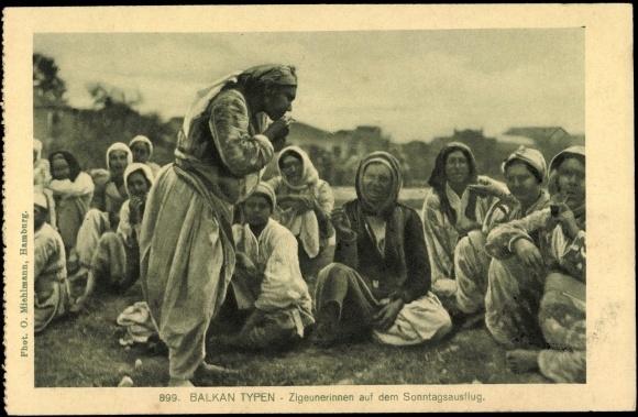 Postcard Zigeunerinnen auf dem Sonntagsausflug, Pfeifen