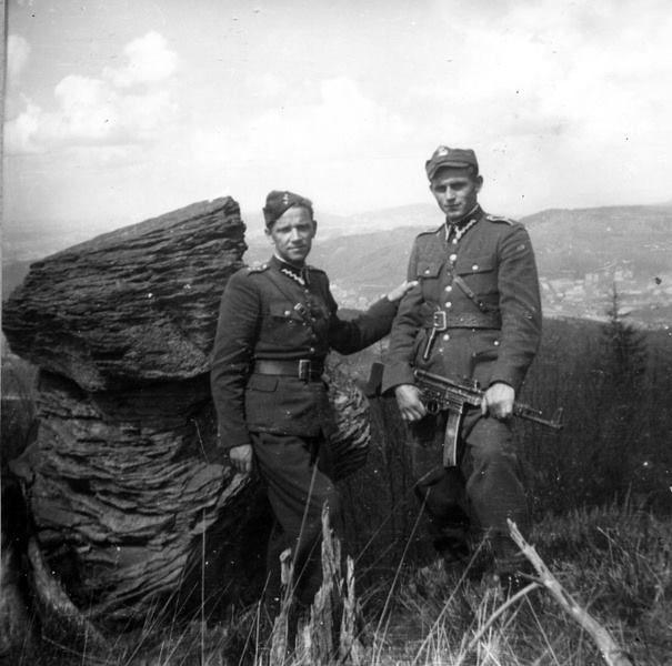 """O. Władysław Gurgacz ps. """"Sem"""" (po lewej) oraz Stanisław Szajna ps. """"Orzeł"""", wiosna 1949 r."""