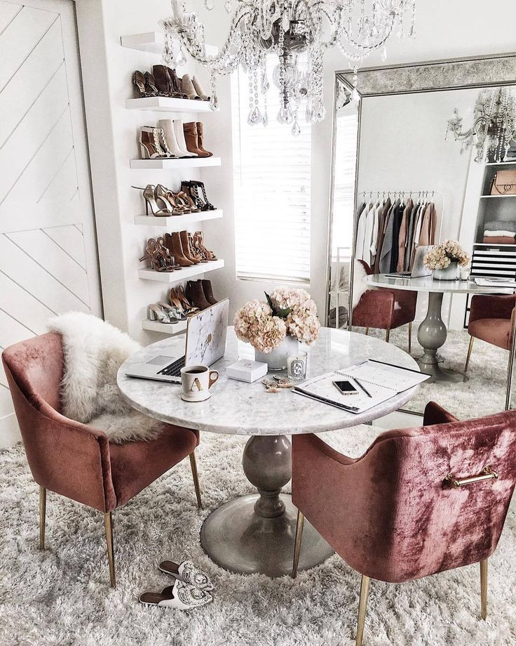 Was für ein schöner Raum! Ist es ein Schrank? Ist es ein Schlafzimmer? Ein Büro?