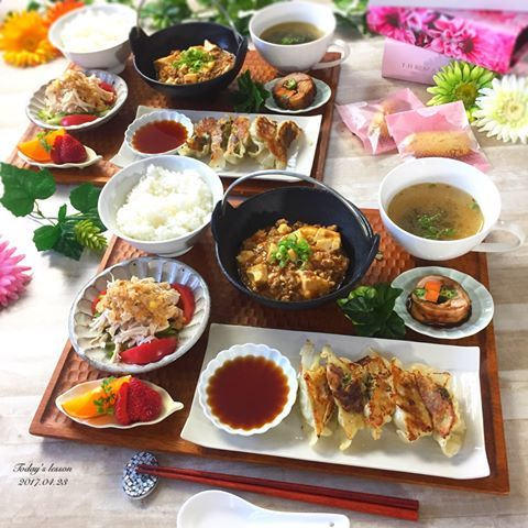 . 今日は餃子と鶏の野菜巻きを オーダー頂いたので中華にしました . . ✴︎餃子 ✴︎麻婆豆腐 ✴︎わかめスープ ✴︎鶏の野菜巻き ✴︎棒棒鶏 ✴︎ごはん ✴︎フルーツ ✴︎フィナンシェ . フライパンがダメになってきたようで 餃子がちょっとこべりついちゃった . 皆さん、餃子を焼くときは テフロン加工バッチリなフライパンで 焼くことをオススメします . (明日新しいの買いに行こう) . . いつもお土産用に焼き菓子もオーダー 頂く生徒さんなので、 今日はフィナンシェも50個 . 娘さんと息子さんも一緒に いらっしゃるので、お料理も4人前 . . 最近ですね、 EXILEのHiGH&LOWのLiveDVDを 見まくってます。 目の保養、目の保養 . EXILEも好きだけど、 E-girlsが本当に可愛くて大好き☺️ . んで、頑張ってる人達を見ると 自分も頑張んなきゃ〜 ってパワーもらえるからレッスン前に DVD見てパワーチャ〜ジ〜 . 明日からまた1週間、頑張りましょう . . 2枚目は、...