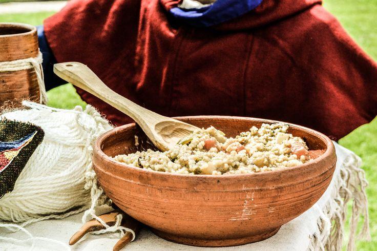 Pierwsza edycja kulinarnego konkursu fotograficznego --- Konkurs polegał na wykonaniu zdjęcia przedstawiającego historyczną potrawę. Sposób ujęcia tematu był dowolny. --- Miejsce I: Marta Kazimiera Białowąs.