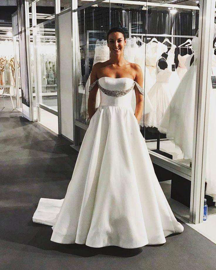 Wir lieben ausgefallene Details ��!!! Gesehen auf der Barcelona bridal week✨#brautmodediamore #diamore #braut #brautmode #braut2018 #brautkleid #bride #bridetobe #bridal #bridalgown #bridalinspiration #bridalfashion #bridalideas #hochzeit #hochzeit2018 #hochzeitskleid #wedding #weddingideas #weddingdress #weddinginspirations #köln #bonn #brühl #hürth #aachen #düsseldorf #verliebt #verlobt http://gelinshop.com/ipost/1521653784177287915/?code=BUeAA39BCLr