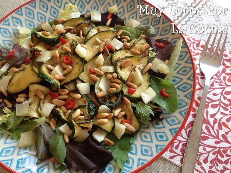 Muy Locos Por La Cocina: Ensalada de Calabacín Marinado, Queso de Cabra y Piñones