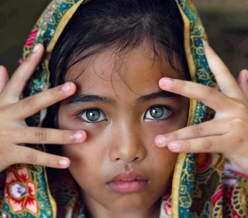 """world's most beautiful eyes on most beautiful face? à la Steve McCurry """"Afghan Girl"""" 1985 National Geo cover"""