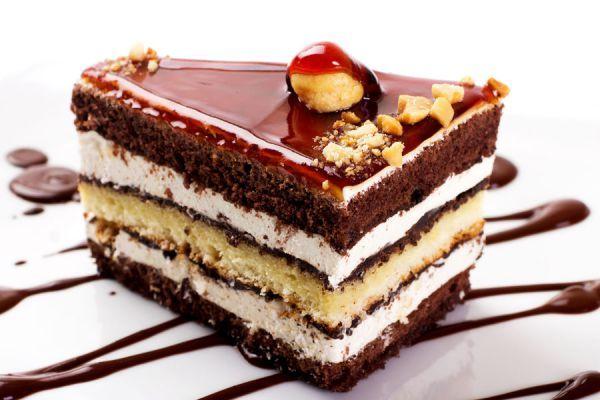 La crema es el relleno y cubierta por excelencia para decorar las tortas.