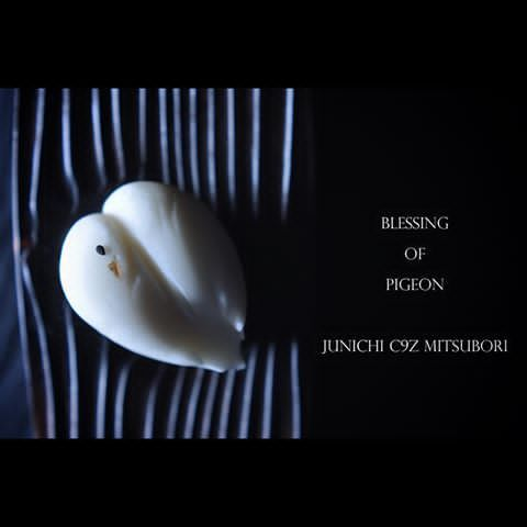 """一日一菓 「祝鳩」 煉切 製 wagashi of the day """"Blessing of pigeon """" 本日は「祝鳩」です。 七五三のシーズンですので、神社にいる「祝福の象徴」である「鳩」を描いています。 「七五三」とは子供の成長を祝い、神前にて感謝と健康を祈念 する日本の伝統儀式です。 Today is """"Iwaibato"""". Because it is a season of 753, it draws a """"dove"""" is a """"symbol of blessing"""" that are in the shrine. Celebrate the growth of children as """"753"""", pray for gratitude and health at shrine And it is a Japanese tradition ritual. 今天是""""祝鳩""""。 因为它是「七五三」的一个赛季,它借鉴了""""鸽子""""是在神社""""福的象征""""。 庆祝孩子成长为""""七五三"""",祈祷感恩和健康神社 它是日本的传统仪式。 Aujourd'hui est """"Iwaiba..."""
