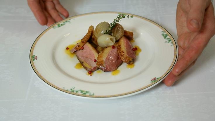 Petto d'anatra con salsa di arance Lazzaris, pepe rosa , patate arrostite e scalogni al sale