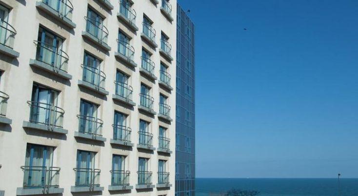 Hotel Ibis Constanta Constanta, #Hoteluri #Constanta. Hotelul Ibis Constanta este situat la numai 50 de metri de mare si la 300 de metri de centrul vechi al orasului Constanta. Acesta ofera camere cu aer conditionat si acces Wi-Fi gratuit. Hotelul include restaurantul Sud & Cie care serveste preparate din bucataria mediteraneana, iar barul din hol este disponibil nonstop. De asemenea, Ibis Constanta are o terasa de vara cu vedere la Marea Neagra, iar in cadrul proprietatii functioneaza si…