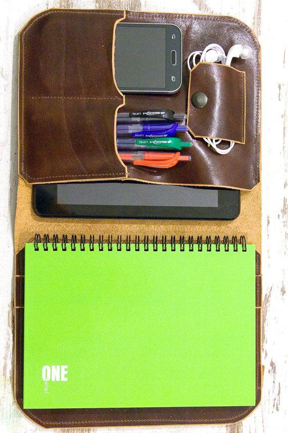 ♥ Grazie per il vostro amore per lorganizzatore / Portfolio / Etui :)  Il portafoglio è realizzato in pelle in colore marrone. Il portafoglio ha una tasca per il vostro tablet, telefono, documenti, penne e taccuino. Questo organizzatore di cuoio fatto a mano bella è stato accuratamente progettato per proteggere il vostro iPad o qualsiasi altro tablet. Il portafoglio è dotato di quaderno e penna. Questa è la borsa perfetta per persone che apprezzano il comfort, convenienza e original...