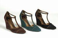 Compensées Minelli - Chaussures hiver 2006-2007 - Pour celles qui aiment le compensé, ces modèles, déclinés en chocolat, bleu canard ou noir, ont pris soin de se parer d'un fin liseré or, qui colle à l'esprit citadin. Adoptez-les pour le confort à la ville...
