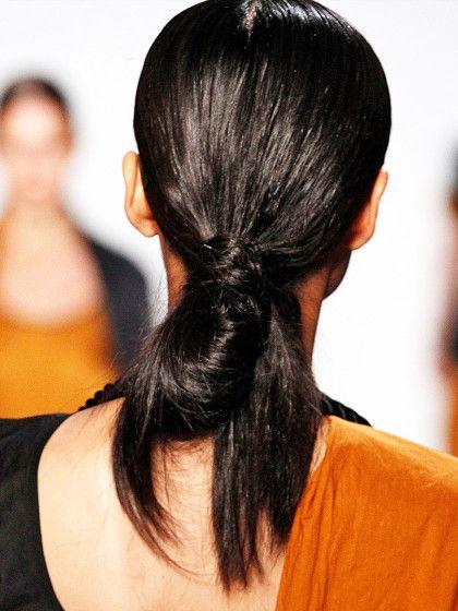 """Halb-DuttNicht ganz so aufgeräumt sieht diese """"schludrige"""" aber coole Halb-Dutt Variante im Nacken aus. Dafür müsst ihr gar nicht viel tun. Einmal ordentlich Haare kämmen und zu einem Pferdeschwanz im Nacken zusammenbinden. Mit dem Stilkamm vorsichtig eine etwas dickere Haarsträhne herausziehen. Nun nehmt ihr den Pferdeschwanz schlagt ihn einmal ein und wickelt die zuvor herausgezogene Haarsträhne herum. Mit einer Bobby-Pin steckt ihr sie fest. Jetzt ..."""