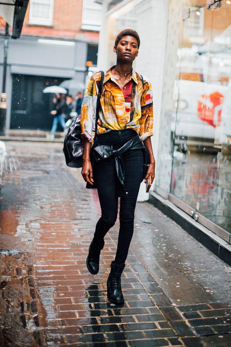 黒いジーンズの下にトロピカルプリントの長袖シャツ、そして黒のブーツ #ストリートスタイルのウェア  #ヒップスター  #ブラック #熱帯のパターン