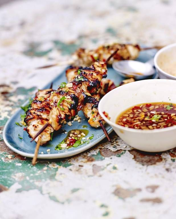 Brochettes de poulet satay, sauce aux cacahuètes et sauce pimentée pour 4 personnes - Recettes Elle à Table