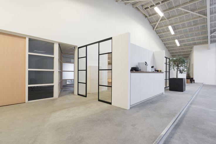 Mac Lean in Dordrecht heeft een vaste wand en twee puien met vrije doorloop laten maken door GewoonGers. De robuuste, donkere profielen breken het lichte interieur in dit pand op een subtiele manier!   De gelijkmatige vakverdeling in deze pui straalt ruimte en rust uit. #stalenpui #stalendeur #aluminium #vintage #vintagepui #interieur #interieurarchitect #interieurontwerp #ontwerp #maatwerk #design #custommade #office #kantoor #werk #sfeer #omgeving #werksfeer #robuust  #inspiratie