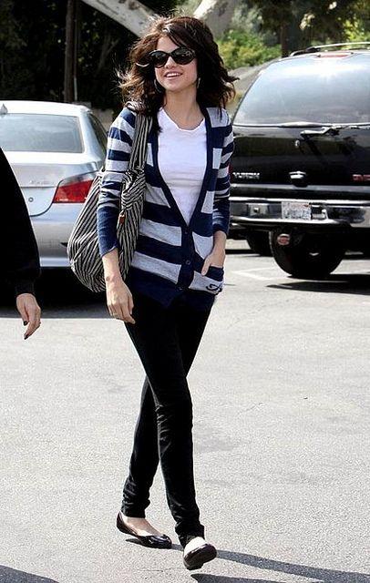 selena gomez wearing sunglasses | Selena Gomez in D sunglasses