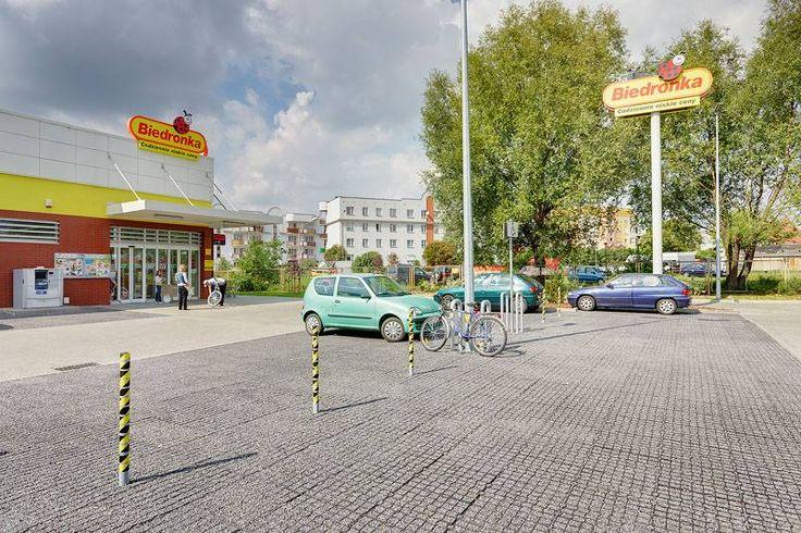 Parking z geokratą przed sklepem