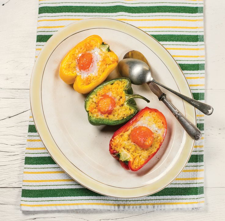 Pimentões recheados | Receita Panelinha: Tem pimentão, ovo e uma sobra de arroz na geladeira? O jantar está garantido. Mas se o arroz não estiver pronto, vale a pena preparar.