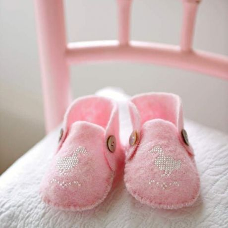 Baby steps – free cross stitch chart and template for the cutest baby bootees.