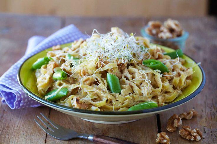 I en travel hverdag er det supert å lage enkle pastaretter. Her har du oppskrift på en kjapp og mettende vegetarisk pastarett med smakfull valnøttsaus.