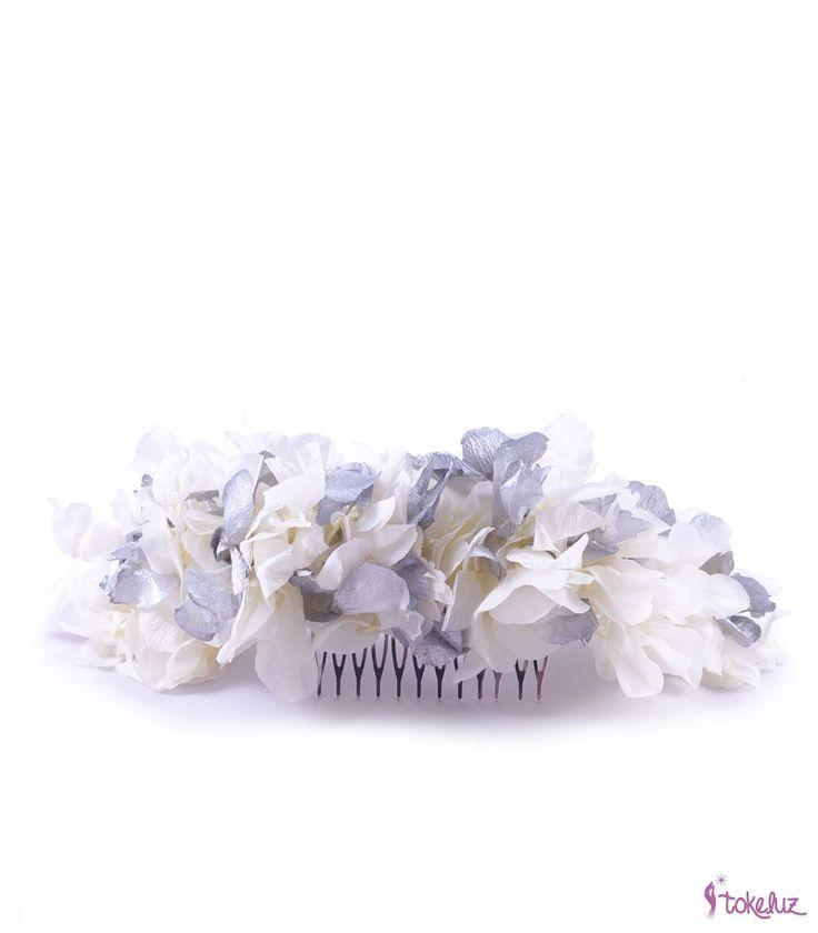 Media corona de flores preservadas en color marfil y plata. #bridalheadpieces #flowerheadpieces #brides #bridal #tocadosdenovia #tocados #peineta #flores #peinetadenovia #hortensias #plata #novia #boda #tokeluz www.tokeluz.com