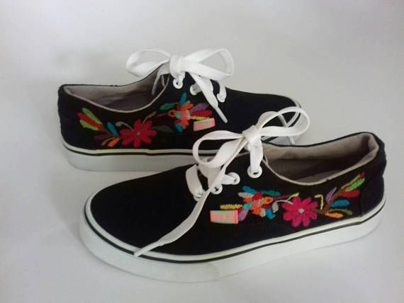 Tennis shoes embroidered by hand with OTOMI embroidery. TENANGO,Hidalgo.MÉXICO !!! Bordados de Tenango, manteles, caminos, servilletas, ropa, bolsos tipo clutch....Visita nuestra pagina de Face https://www.facebook.com/holasenorita  Whats. 5514771431. SENDING WORLWIDE ✈🌎✈🌏✈🌎