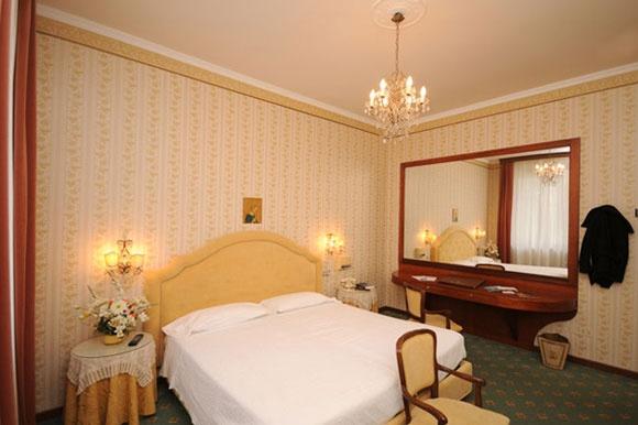 Grand Hotel Excelsior a Chianciano Terme. Le camere di questa tipologia sono caratterizzate da soffitti alti, godono di un'esposizione a nord, che conferisce una fresca temperatura nella stagione estiva; il bagno è provvisto di idromassaggio.