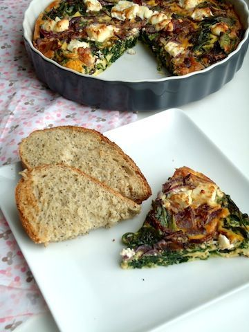 Frittata met spinazie is een lekker gerecht voor pasen, gemaakt van eieren in de oven.