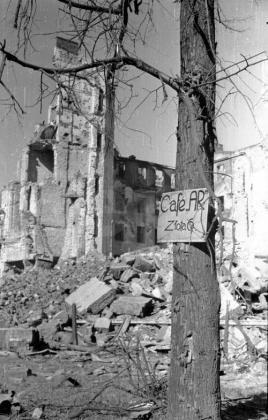 Warszawa, marzec 1945. Jedna z pierwszych reklam w zburzonej stolicy. Swoje usługi polecała Cafe Ar przy ul. Złotej 6.