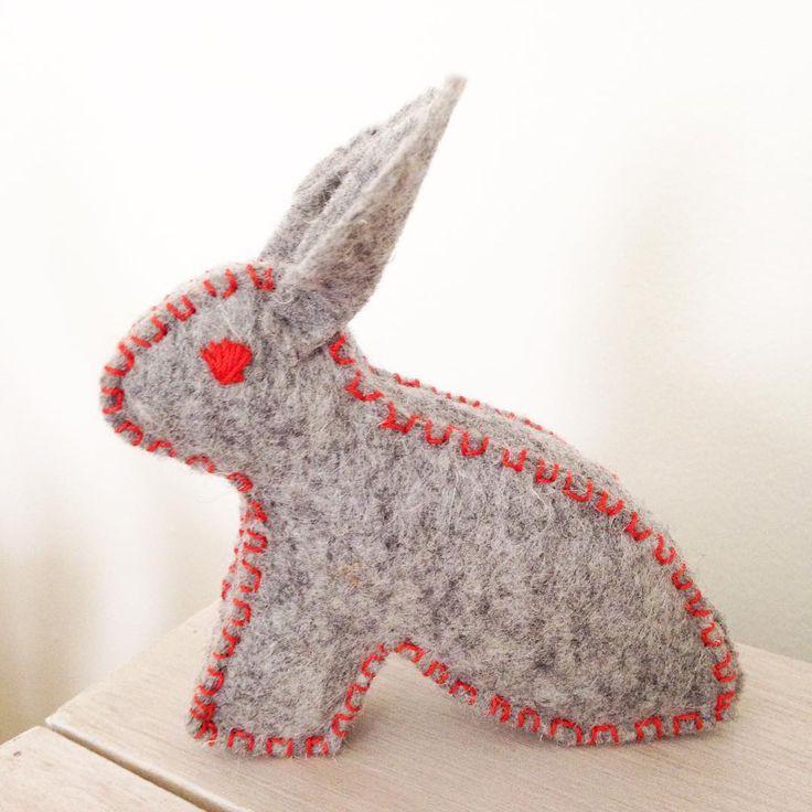 Mini mister Jabb met contrasterend oranje.  Mini Mister Jabb with contrast orange.  #creative #wol #wool #photooftheday #aphotoaday #instagood #instamood #sweet #cute #rabbit #bsofies #wolvilt #felting #embroidery #kidsroom #kids