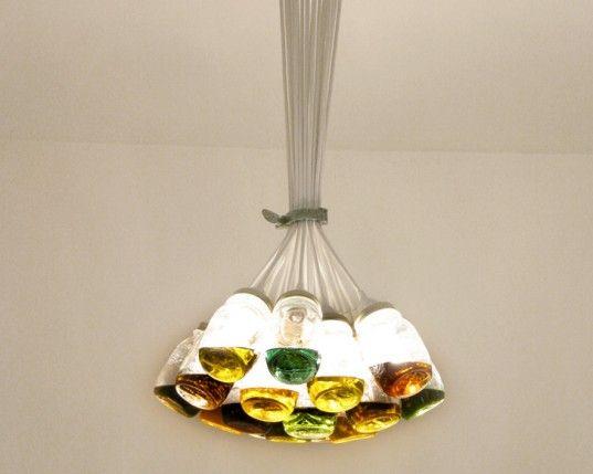 Potes-de-vidro-reciclados-fazem-composição-de-lustre-sustentável-Imagem-Inhabitat
