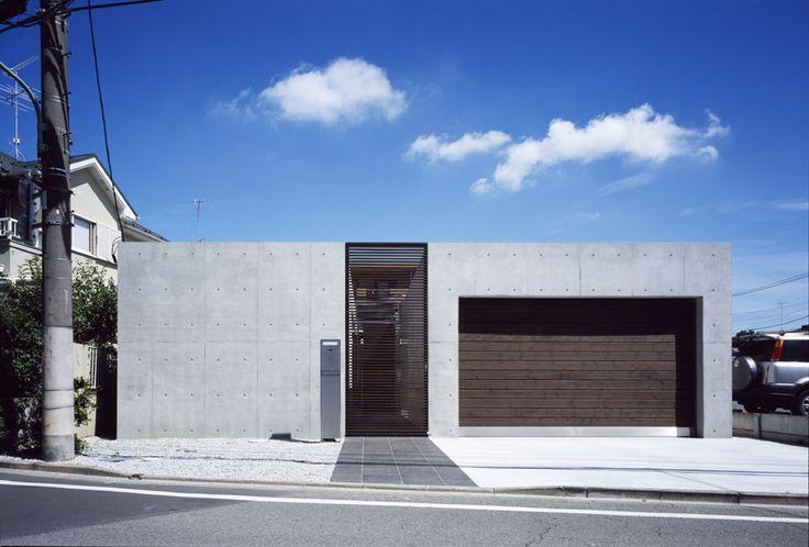JARDIN 木製シャッター、ルーバードアとコンクリート打放しのコンビネーションによる外観