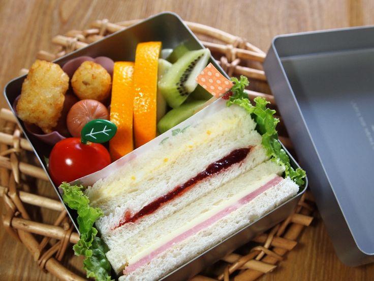 サンドイッチ(たまご・イチゴジャム・ハム&チーズ) ウィンナー ハッシュポテト プチトマト オレンジ キウイフルーツ