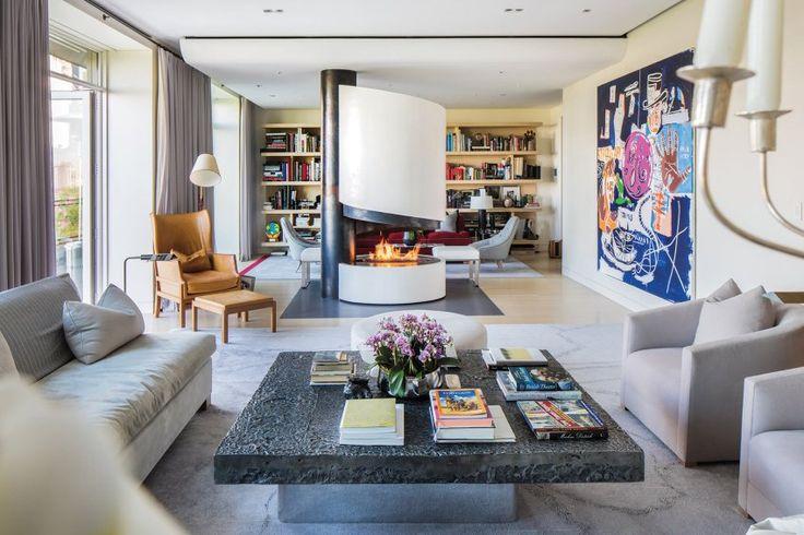 Blick vom Wohnzimmer in die kleine Bibliothek. Der freistehende Kamin...